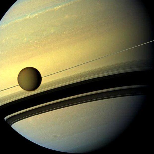 Зонд НАСА Cassini «прощается» с Титаном