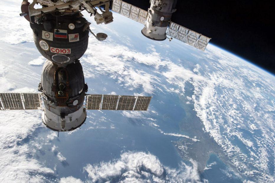 Космонавты МКС исследовали дырку в «Союзе» и собрали образцы обшивки вокруг нее