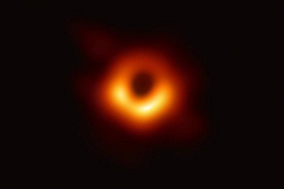 Астрономы представили первое в мире фото черной дыры